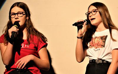 "Solistinnen: Nathalie und Sophia mit ""Love me anyway""."